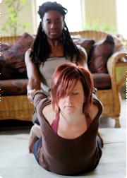 Erotische Massage mit zwei jungen Mädels -
